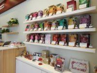 ハーブティーや紅茶のご購入も可能です♪茶器なども揃っていますので、是非ご覧ください.